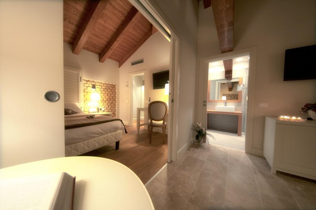 Appartamento Villa Torvatore, ingresso, cucina, sala da pranzo e soggiorno, camera, cabina armadio, stanza da bagno.